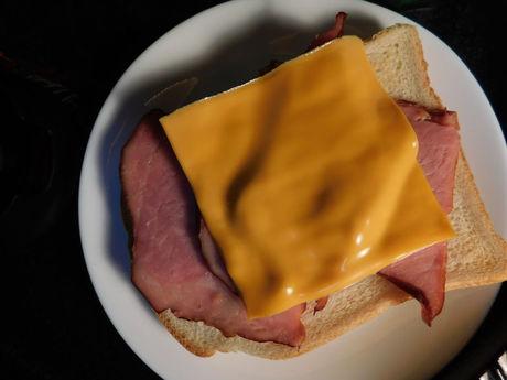 チェダー・スライスチーズ&ショルダーハムのせトースト