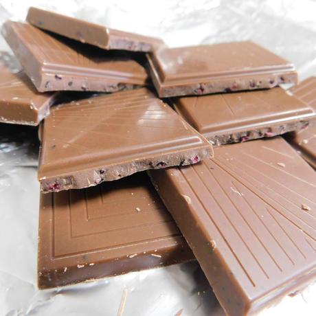 BELONINGベローニング「ミルクチョコレートウィズワイルドブルーベリー」断面