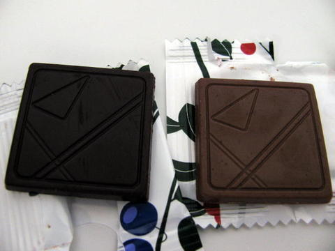 IKEAの「リンゴンベリー&ブルーベリー風味チョコレート」480円