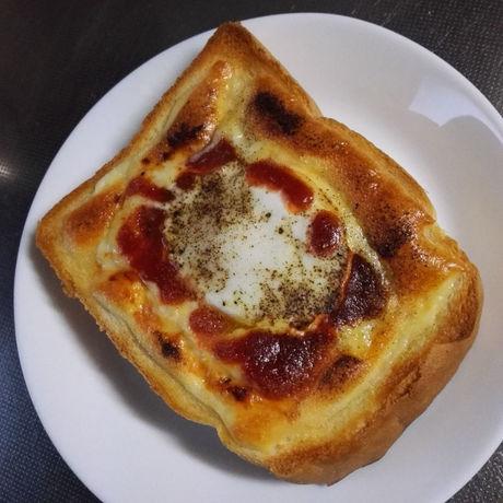 とろけるスライスチーズと卵で目玉トースト