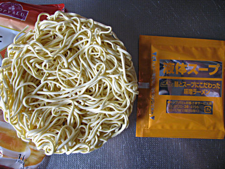 トップバリュ「麺とスープにこだわった味噌ラーメン」中身