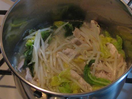 業務スーパーの「味煌(ウェイホァン)(鶏)」で一人鍋