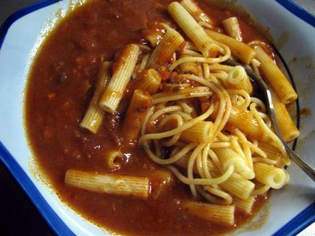 ビーフをじっくり煮込んだコクとうまみに4種のハーブの風味 ミートソースでマカロニスパゲッティ